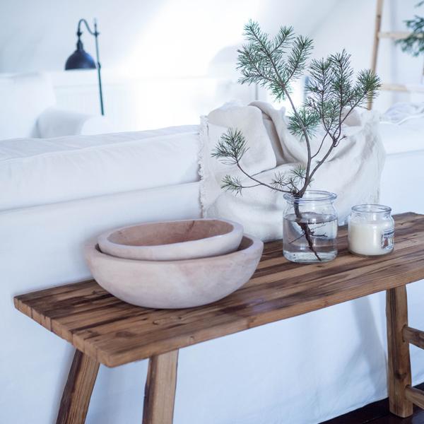 biela obývačka a drevené dekorácie